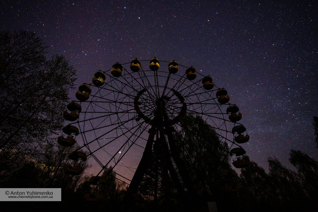 Ночное колесо обозрения в Припяти
