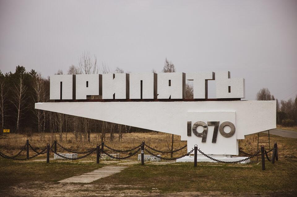 Отреставрировали стелу Припяти возле ЧАЭС